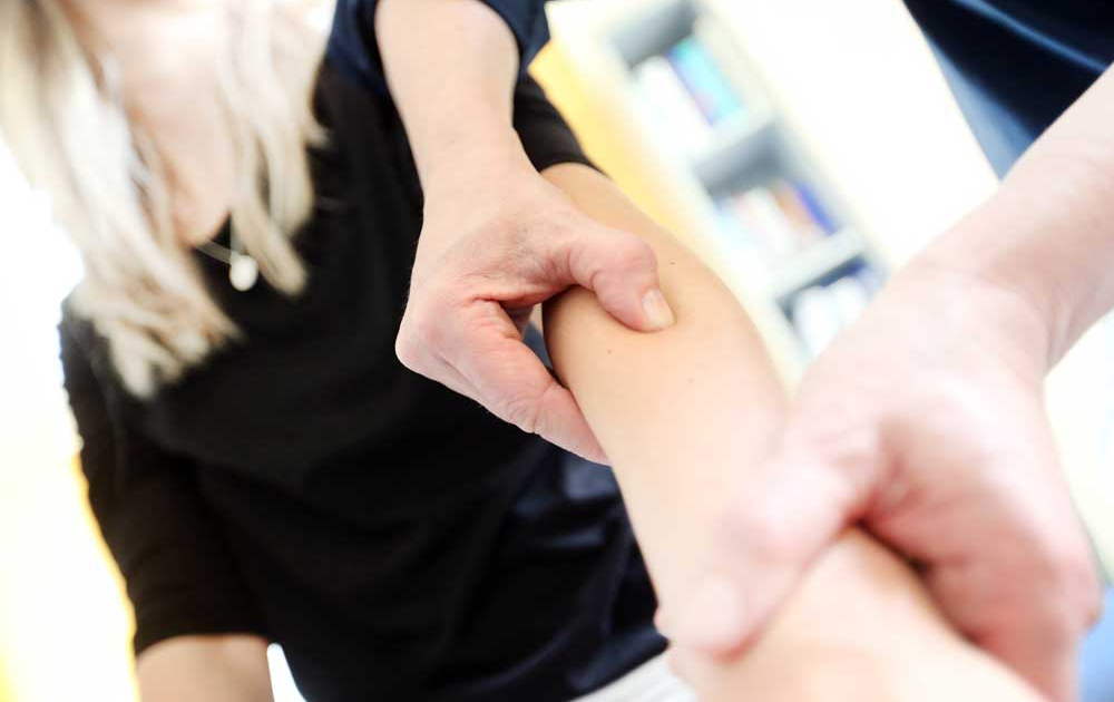 Triggerpunkte am Unterarm werden durch Druck behandelt