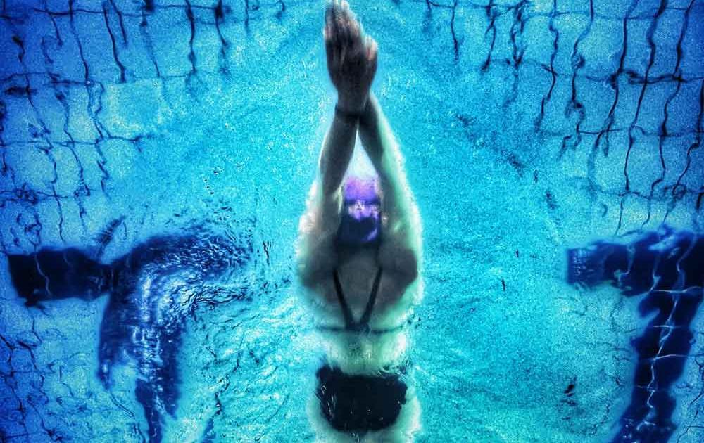 Schwimmerin im blauen Wasser
