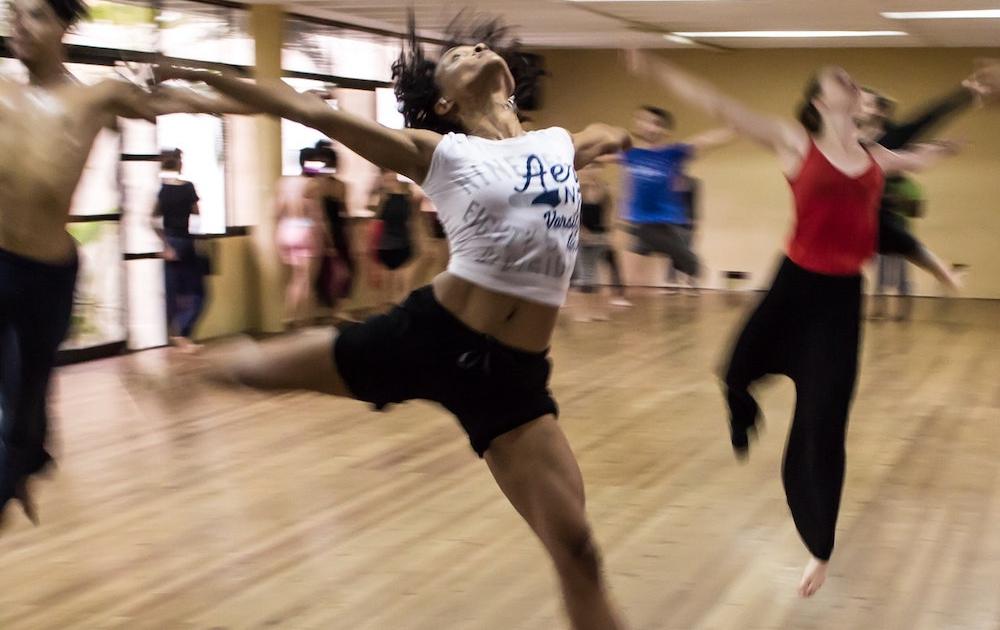 Menschen tanzen in einem Sportraum